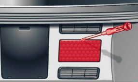 Расположение панели предохранителей в багажном отделении