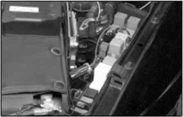 Расположение центра реле в моторном отсеке