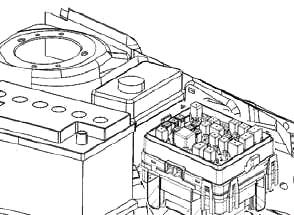Расположение блока предохранителей в моторном отсеке (тип 2)