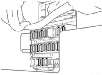 Расположение блока предохранителей в правом пассажирском отсеке